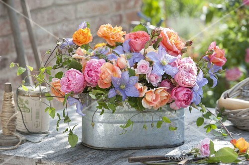 gesteck aus rosa rosen und clematis perle d azur. Black Bedroom Furniture Sets. Home Design Ideas