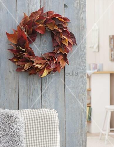 blaetterkranz aus bl ttern von prunus zierkirsche in herbstf rbung bild kaufen living4media. Black Bedroom Furniture Sets. Home Design Ideas