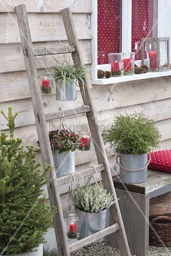 alte holz leiter mit blechtoepfen und windlichtern bild kaufen living4media. Black Bedroom Furniture Sets. Home Design Ideas