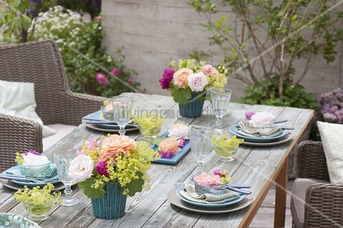 tischdeko mit rosen und frauenmantel bild kaufen. Black Bedroom Furniture Sets. Home Design Ideas