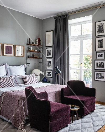 zwei violette samtsessel vor dem bett im glamour sen schlafzimmer bild kaufen living4media. Black Bedroom Furniture Sets. Home Design Ideas