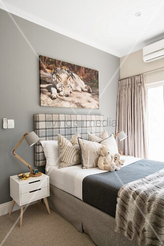 kinderzimmer in naturt nen mit einem wolfsbild ber dem bett bild kaufen living4media. Black Bedroom Furniture Sets. Home Design Ideas
