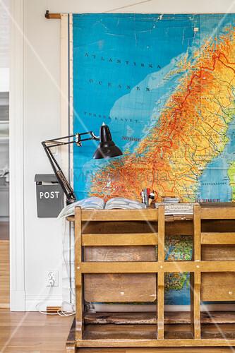 alte schulbank vor einer gro en landkarte an der wand bild kaufen living4media. Black Bedroom Furniture Sets. Home Design Ideas
