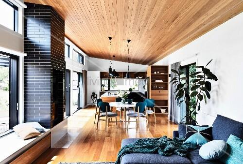 offener wohnbereich mit parkettboden holzdecke und glasfront zur terrasse bild kaufen. Black Bedroom Furniture Sets. Home Design Ideas
