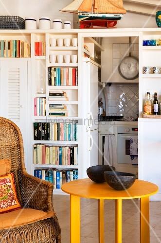 gem tlicher korbsessel mit gelbem beistelltisch vor. Black Bedroom Furniture Sets. Home Design Ideas