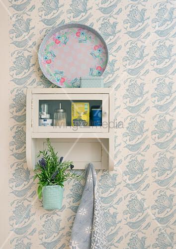 vintage k chenregal mit lavendel an tapezierter wand. Black Bedroom Furniture Sets. Home Design Ideas