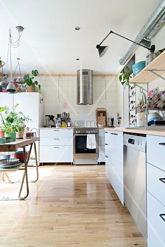 gro e k che mit verschiedenen m beln und einer alten werkbank bild kaufen living4media. Black Bedroom Furniture Sets. Home Design Ideas