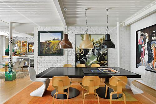 schwarzer esstisch mit klassikerst hlen vor weiss. Black Bedroom Furniture Sets. Home Design Ideas