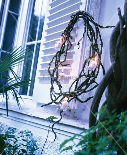 kranz aus zweigen mit windlichtern am fensterladen bild kaufen living4media. Black Bedroom Furniture Sets. Home Design Ideas