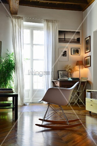 klassiker schaukelstuhl auf fischgr tparkett vor balkont r. Black Bedroom Furniture Sets. Home Design Ideas
