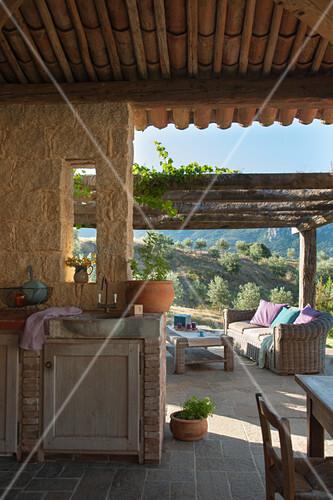 Aussenküche Gemauert gemauerte außenküche und rattansofa auf überdachter terrasse bild