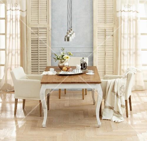 landhaus tisch und armlehnsessel vor fenstert ren mit. Black Bedroom Furniture Sets. Home Design Ideas