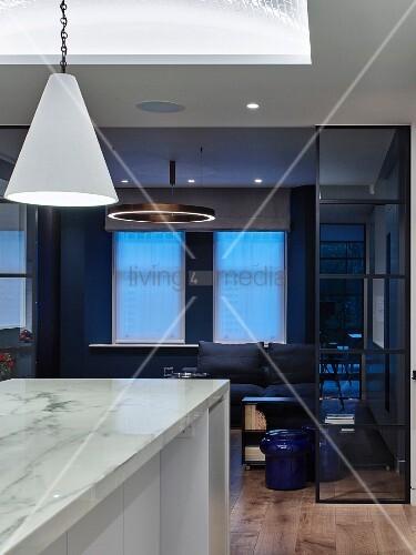 k cheninsel aus marmor wohnzimmer in blau und schwarz living4media