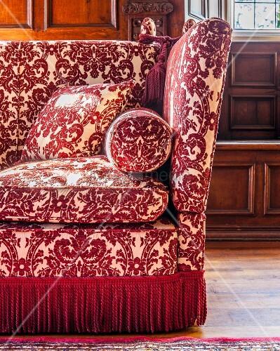 klassisches sofa mit rot wei em ornamentemuster und. Black Bedroom Furniture Sets. Home Design Ideas