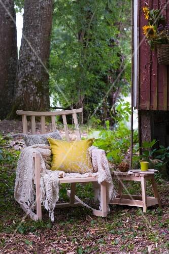 gem tlicher holzschaukelstuhl mit kissen und plaid vor. Black Bedroom Furniture Sets. Home Design Ideas