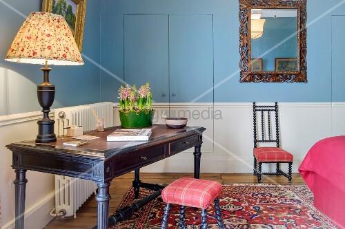 schreibtisch vor versteckter t r im chateau des grotteaux bild kaufen living4media. Black Bedroom Furniture Sets. Home Design Ideas