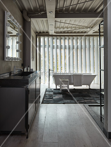 Stehende Badewanne metall waschtisch und stehende badewanne im loft badezimmer mit vertikal lamellen bild