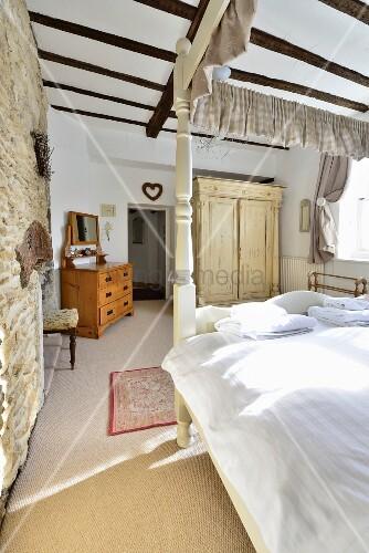 l ndliches schlafzimmer mit balkendecke und himmelbett. Black Bedroom Furniture Sets. Home Design Ideas