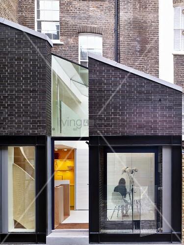 modernes haus mit einer fassade aus glas und backstein bild kaufen living4media. Black Bedroom Furniture Sets. Home Design Ideas