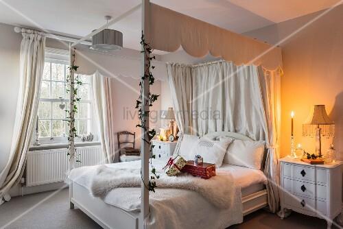 kerzenlicht im wei en schlafzimmer mit himmelbett bild. Black Bedroom Furniture Sets. Home Design Ideas