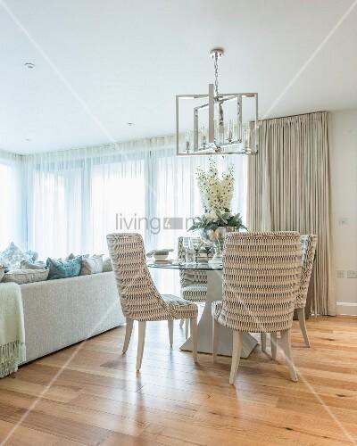 runder glastisch mit blumenschmuck in elegantem ambiente bild kaufen living4media. Black Bedroom Furniture Sets. Home Design Ideas