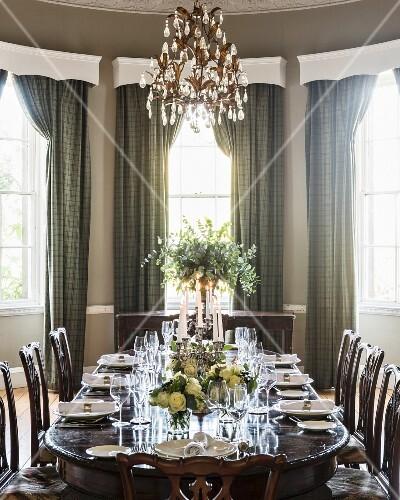 festlich gedeckter tisch mit weissen rosen dekoriert dar ber glas kronleuchter bild kaufen. Black Bedroom Furniture Sets. Home Design Ideas