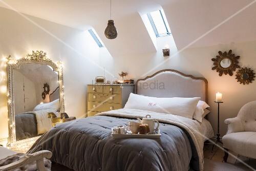 romantisch beleuchtetes schlafzimmer im klassischen stil bild kaufen living4media. Black Bedroom Furniture Sets. Home Design Ideas