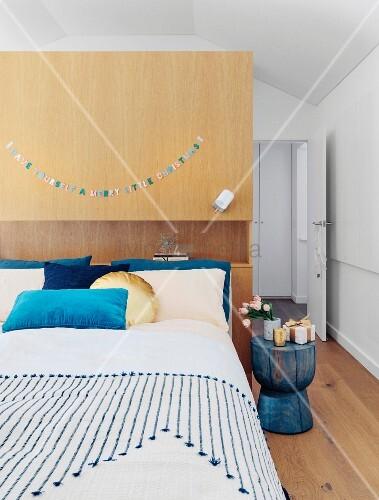 bett vor der raumteilerwand im schlafzimmer unter dem dach bild kaufen living4media. Black Bedroom Furniture Sets. Home Design Ideas