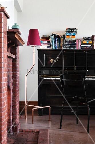 gemauerter kamin in musikzimmer mit schwarzem klavier und. Black Bedroom Furniture Sets. Home Design Ideas