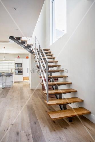 moderne treppe mit holzstufen im modernen wohnraum mit k che bild kaufen living4media. Black Bedroom Furniture Sets. Home Design Ideas
