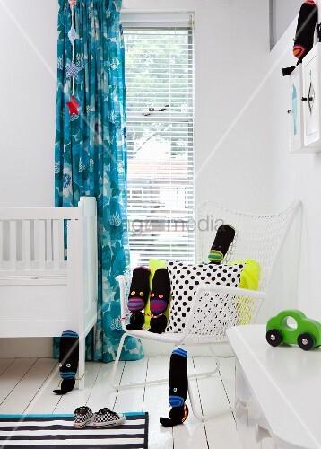 schwarze diy stoffpuppen auf weissem stuhl im kinderzimmer bild kaufen living4media. Black Bedroom Furniture Sets. Home Design Ideas