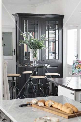hochtisch mit barhockern im industriestil in der k che bild kaufen living4media. Black Bedroom Furniture Sets. Home Design Ideas