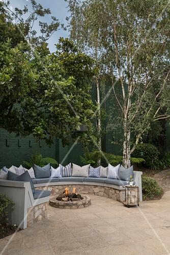 feuerstelle und sitzbank aus natursteinen auf der terrasse. Black Bedroom Furniture Sets. Home Design Ideas