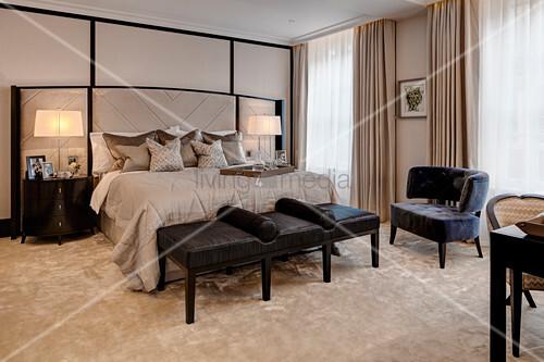 grossz giges schlafzimmer mit doppelbett kleiderbank und. Black Bedroom Furniture Sets. Home Design Ideas