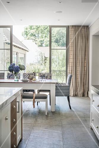 offene k che mit theke und essbereich vor terrassent r bild kaufen living4media. Black Bedroom Furniture Sets. Home Design Ideas