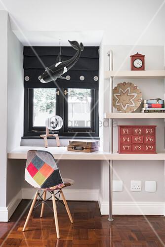 Wandregal mit eingebautem schreibtisch und stuhl mit buntem bezug vor fenster bild kaufen - Schreibtisch vor fenster ...