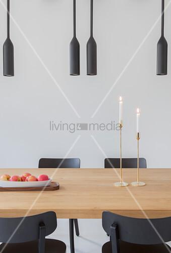 schwarze deckenleuchten ber dem esstisch mit schwarzen st hlen bild kaufen living4media. Black Bedroom Furniture Sets. Home Design Ideas