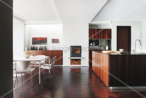 offene k che mit mittelblock kamin wei em esstisch und st hlen bild kaufen living4media. Black Bedroom Furniture Sets. Home Design Ideas