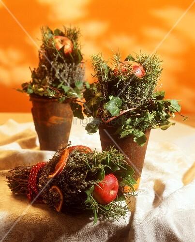 kleine weihnachtsgestecke mit kr utern und apfel bild. Black Bedroom Furniture Sets. Home Design Ideas