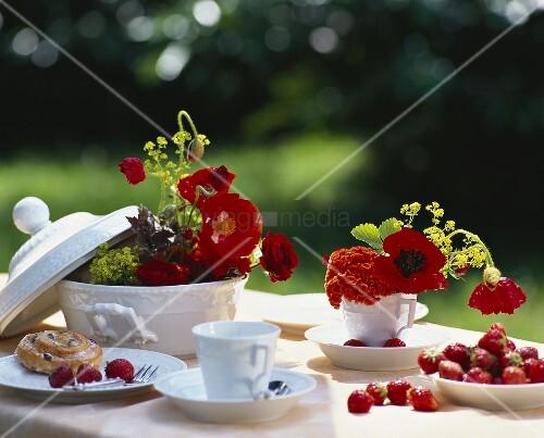 tischdeko mit mohnblumen rosen und celosien bild kaufen. Black Bedroom Furniture Sets. Home Design Ideas