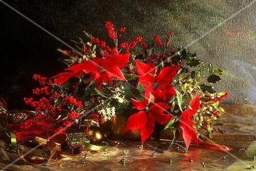 weihnachtlicher blumenstrauss mit weihnachtsstern bild. Black Bedroom Furniture Sets. Home Design Ideas