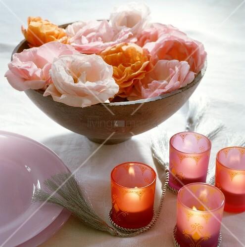 orientalische tischdeko mit rosen und kerzen bild kaufen living4media. Black Bedroom Furniture Sets. Home Design Ideas