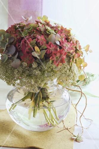blumenstrauss mit hortensien in glasvase bild kaufen living4media. Black Bedroom Furniture Sets. Home Design Ideas