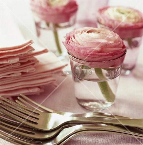 romantische tischdeko mit rosa ranunkeln in wassergl sern. Black Bedroom Furniture Sets. Home Design Ideas