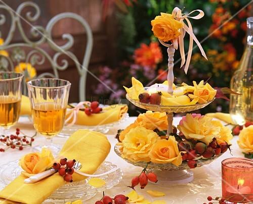 herbstliche tischdeko mit gelben rosen und hagebutten. Black Bedroom Furniture Sets. Home Design Ideas
