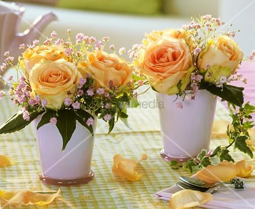 dekoideen mit rosen : Rosen mit Schleierkraut und Efeu in rosa Vasen ...