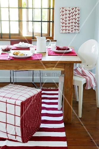 ein rot weiss gedeckter esstisch bild kaufen living4media. Black Bedroom Furniture Sets. Home Design Ideas