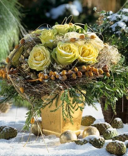 winterstrauss aus gelben rosen zypressen dattelzweigen. Black Bedroom Furniture Sets. Home Design Ideas