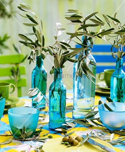 olivenzweige in flaschen als tischdeko bild kaufen living4media. Black Bedroom Furniture Sets. Home Design Ideas