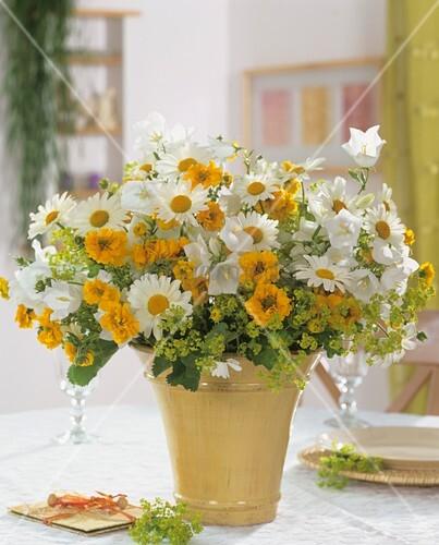 strau margeriten frauenmantel m dchenauge glockenblumen bild kaufen living4media. Black Bedroom Furniture Sets. Home Design Ideas